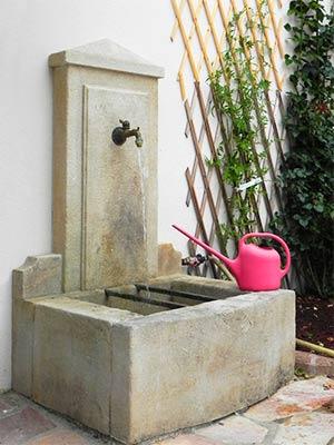 fontaines en pierre naturelle fontaine murale ou fontaine centrale votre fontaine proven ale. Black Bedroom Furniture Sets. Home Design Ideas