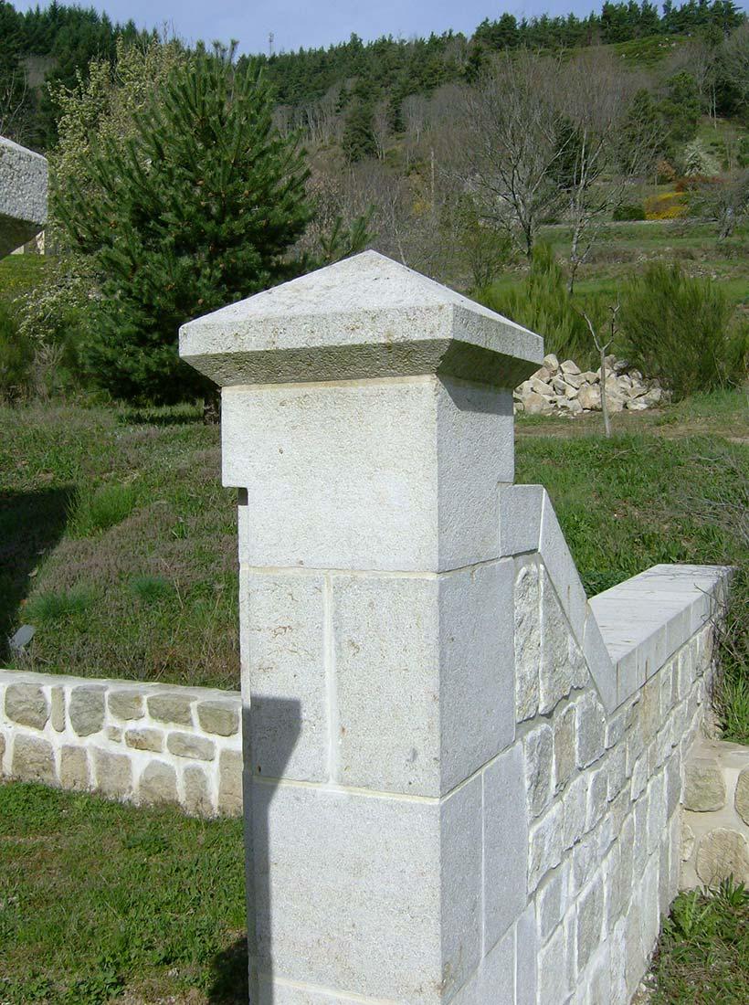 pilier en pierre de taille colonne balustre en pierre naturelle provence pierre dr me. Black Bedroom Furniture Sets. Home Design Ideas